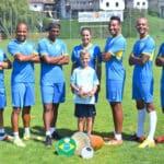 Kinder kicken mit brasilianischem Flair