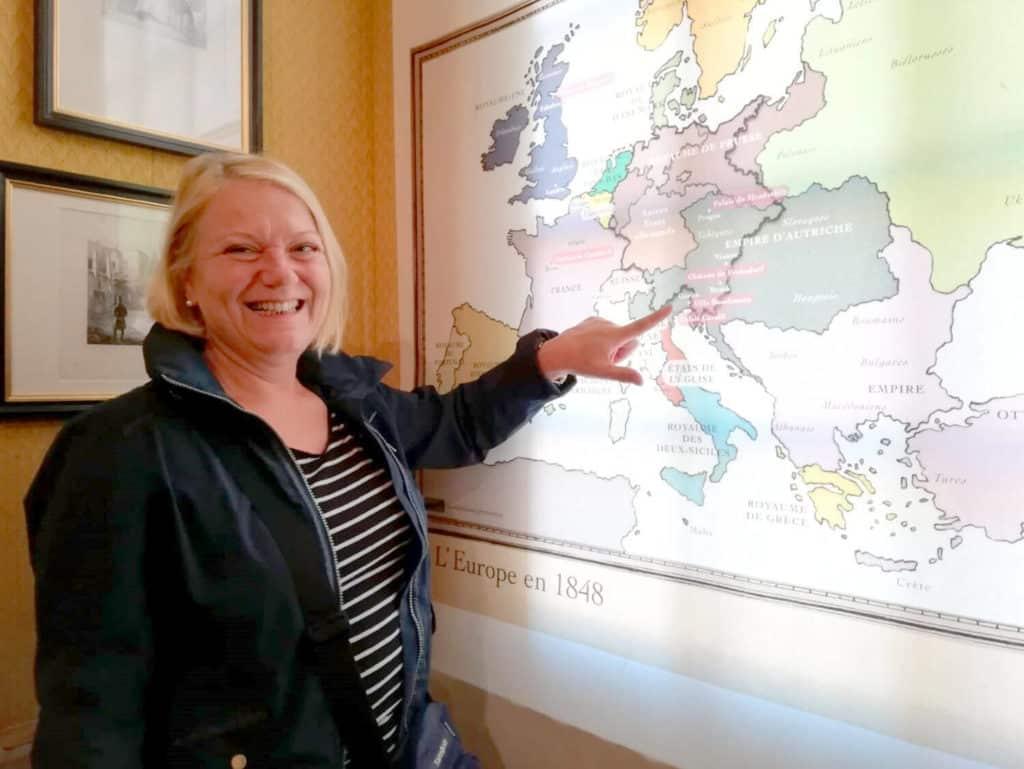 Heide Lamberg vor der Europakarte von 1848