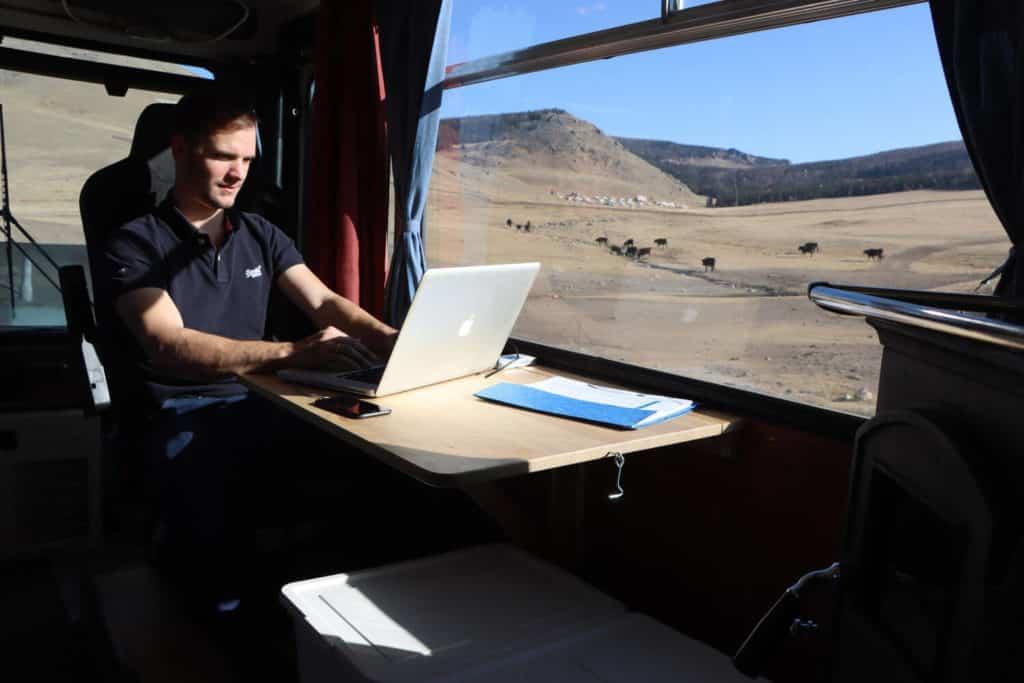Clemens kann dank Internetverbindung auch auf der Reise arbeiten