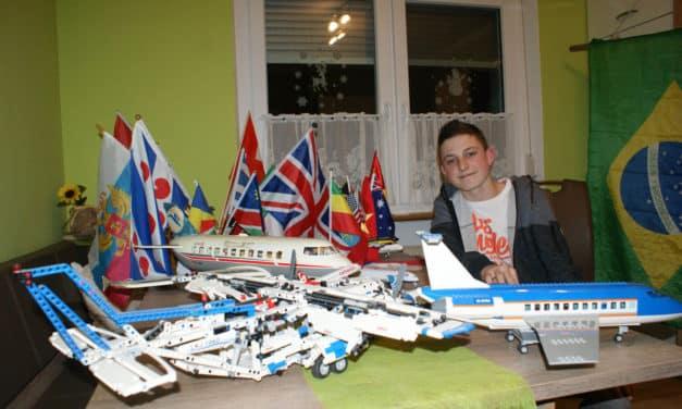 Domenik Ecker sammelt  Fahnen und Flugzeugmodelle