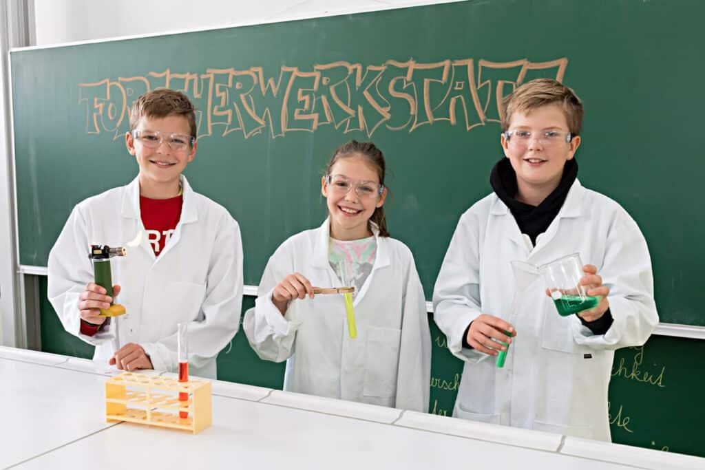 Benedikt, Kathrin und Jonas sammeln Erfahrungen in der Forscherwerkstatt