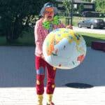 Clown Hugo erklärt den Kirchschlager Schülern die Faire Welt